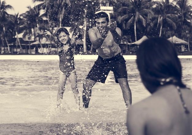 Piscina para família brincando juntos, férias de verão