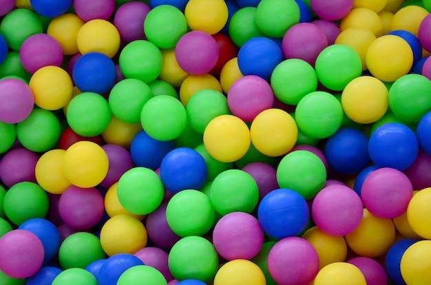 Piscina para se divertir e pular em bolas de plástico coloridas