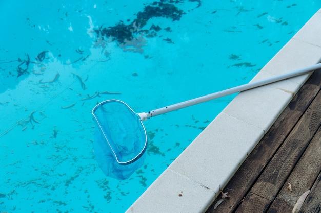 Piscina suja com folhas e sujeira no fundo da piscina