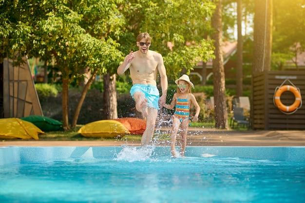 Piscina. um pai e uma filha passando um tempo na piscina