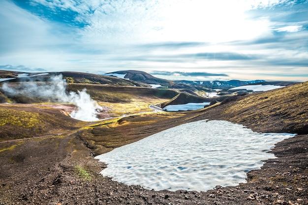 Piscinas de água fervente e neve nas montanhas na caminhada de 54 km de landmannalaugar, islândia