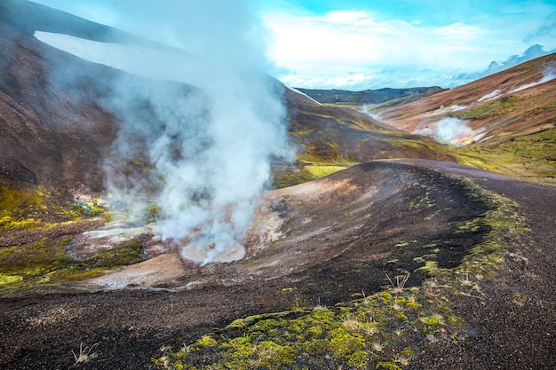 Piscinas de água fervente na caminhada de 54 km de landmannalaugar, islândia