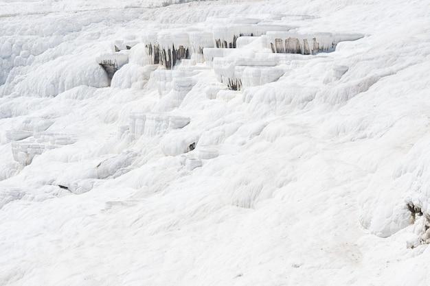 Piscinas naturais de travertino e terraços no castelo de algodão pamukkale no sudoeste da turquia