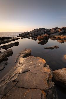 Piscinas naturais na montanha jaizkibel junto à costa, no país basco.
