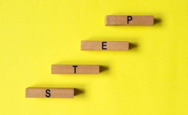 Pise palavra na escada ou escada em fundo amarelo