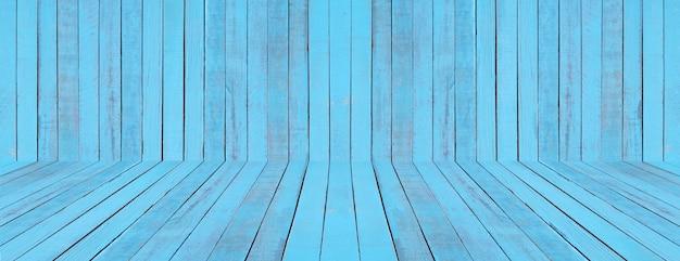 Piso azul e parede de madeira