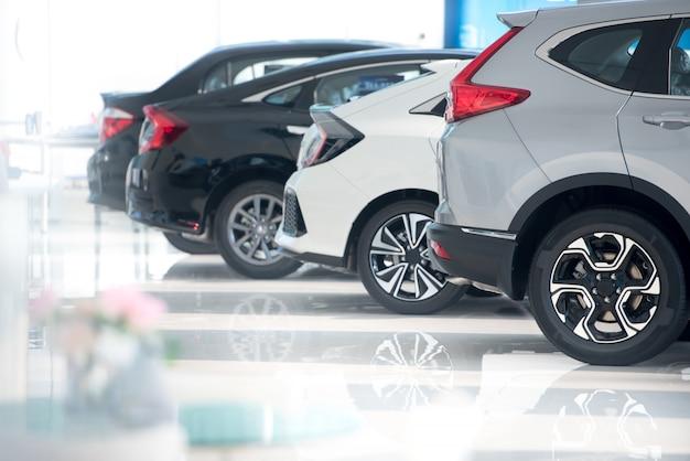 Piso branco para estacionamento de carros novos