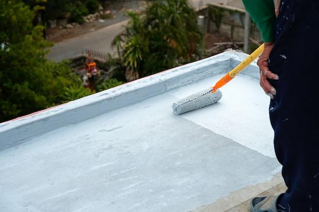 Piso cinza pintado à mão com rolos de pintura para rede de reforço à prova d'água reparo à prova d'águai