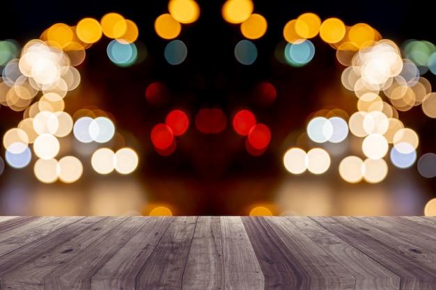 Piso de madeira com iluminação traseira.