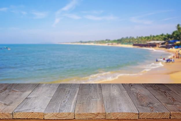 Piso de madeira contra a costa do mar.