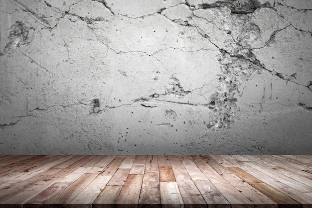 Piso de madeira e parede de cimento.
