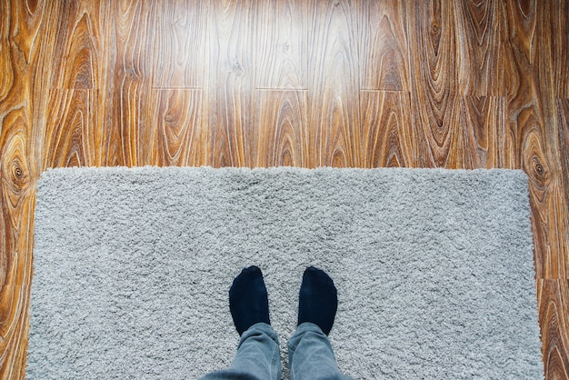 Piso de parquete laminado. textura leve de madeira. tapete macio bege. design de interiores aconchegante