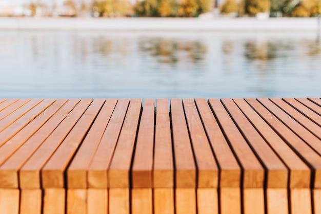 Piso de tábuas de madeira no fundo de um lago