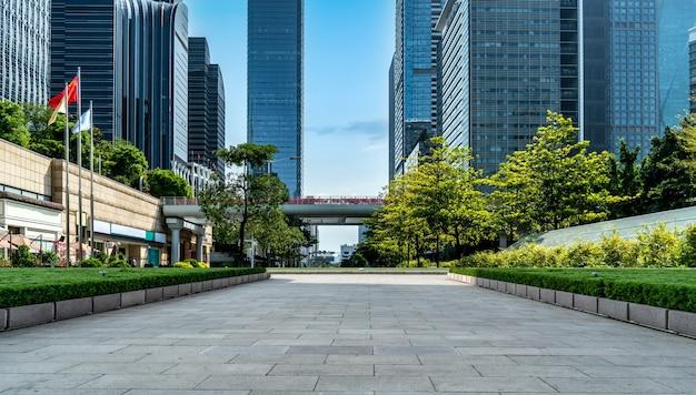 Piso de tijolos quadrados e prédio de escritórios moderno