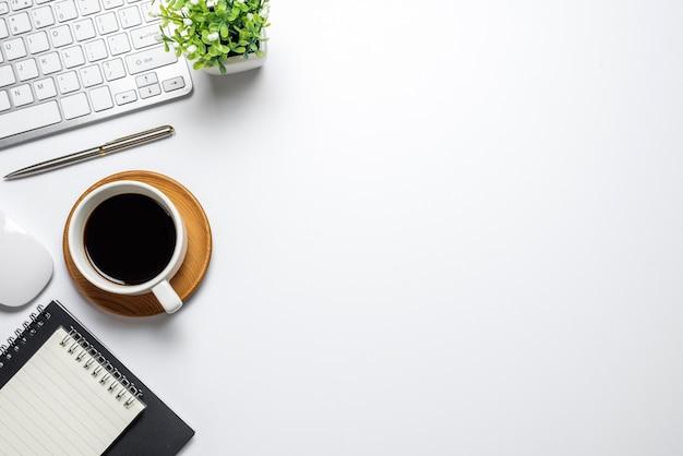 Piso plano branco com vista superior da mesa de café do notebook do mouse. copie o espaço.