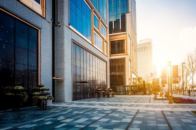 Piso vazio do prédio moderno