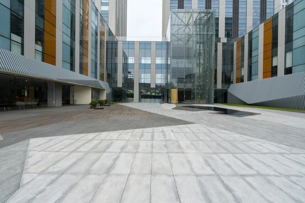 Pisos vazios e edifícios de escritórios no centro financeiro, qingdao, china