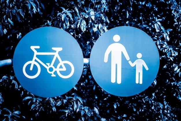 Pista de bicicleta e sinal de calçada Foto Premium