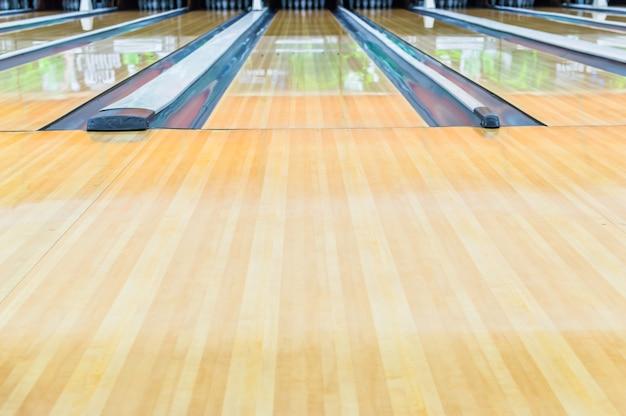 Pista de bowling. com superfície polida com cera lindamente.