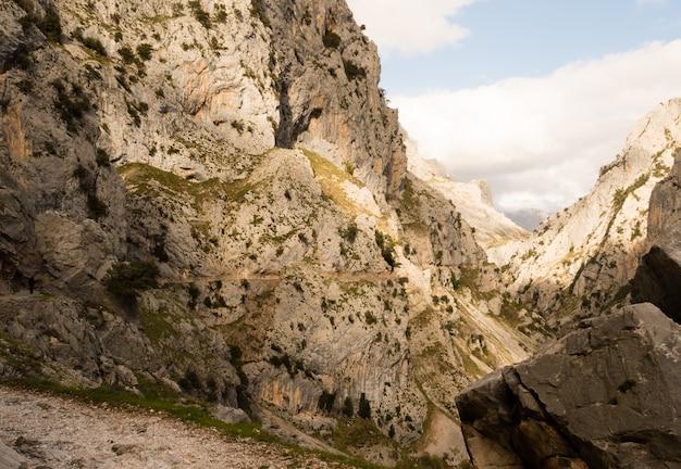 Pista de caminhada no desfiladeiro do rio cares, picos de europa entre astúrias e leon.