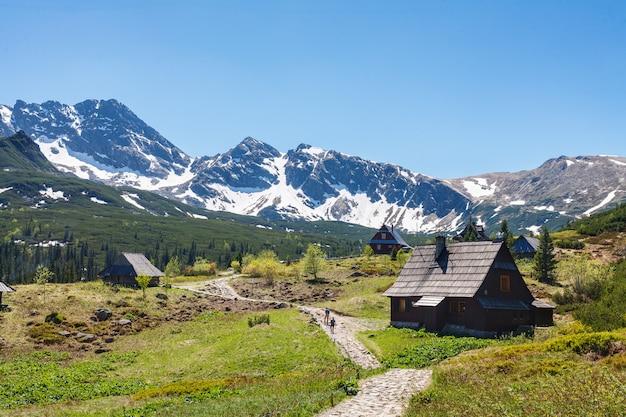Pista de caminhada para montanhas nevadas variam ainda tarde sem nuvens.