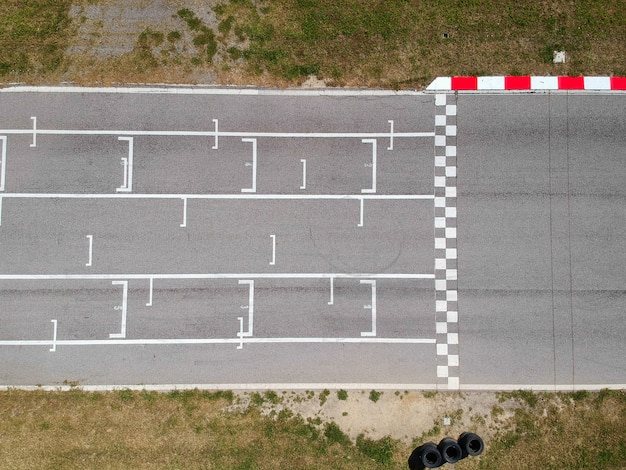 Pista de corrida com linha inicial ou final, vista aérea de fundo