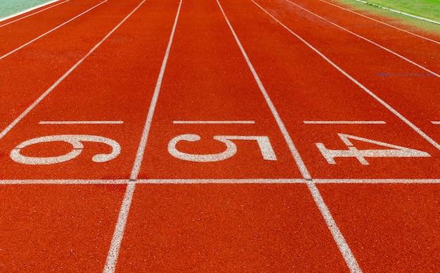 Pista de corrida com o número, começando corredor