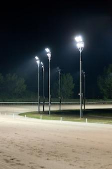 Pista de corrida de cavalos à noite