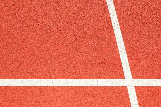 Pista de corrida vermelha com linhas brancas ao ar livre, copie o espaço