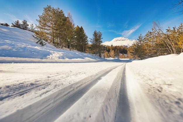 Pista de esqui cross country com pistas para técnicas clássicas e de patinação