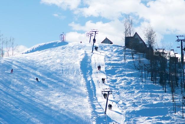 Pista de esqui de montanha e funicular em forrest de bétula