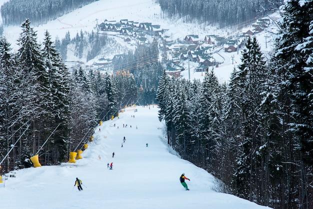 Pista de esqui de paisagem de inverno do resort bukovel com esquiadores