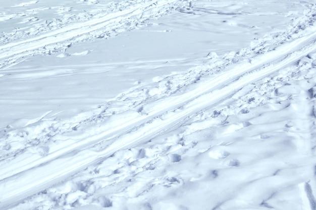 Pista de esqui. pegadas na neve. parque congelado de inverno, lago, rio. conceito - estilo de vida saudável, esqui