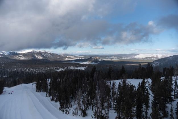 Pista de snowboard lagos gigantescos na paisagem do topo da montanha