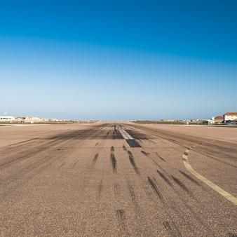 Pista do aeroporto com traços de travagem
