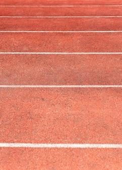 Pista do estádio para competições de corrida e atletismo. nova esteira de borracha sintética