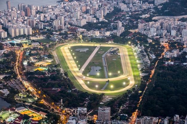 Pista do jockey club vista do alto do morro do corcovado rio de janeiro, brasil.