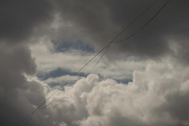 Pista highline vazia com cenário dramático de céu nublado