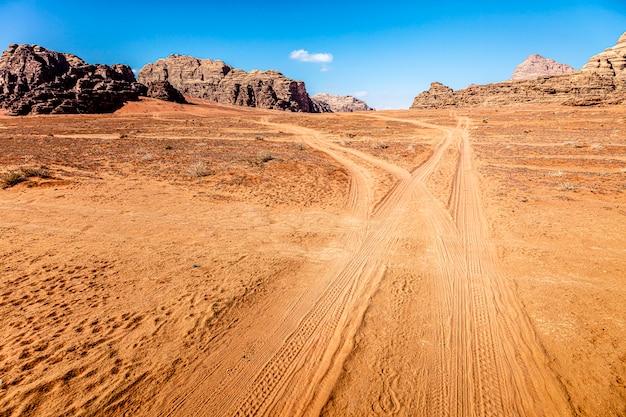 Pista no deserto de wadi rum