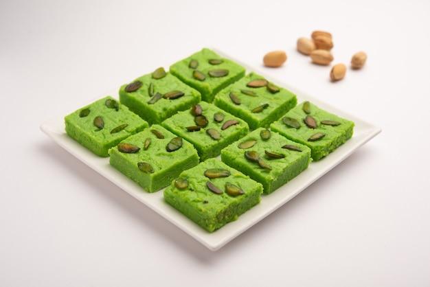 Pistachio mavaã'â ou khoa doce, tambã © m conhecido como pista barfi, burfi, barfeeã'â ou peda, um doce indiano na cor verde