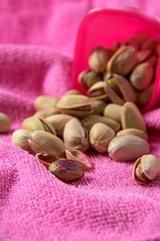 Pistácios em recipiente rosa