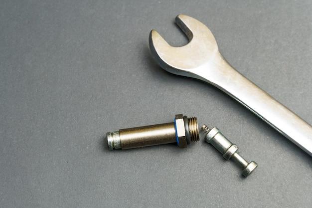 Pistão e cilindro do injetor e chave inglesa do trem de gás do carro.