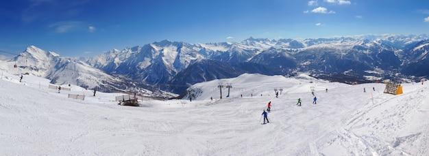 Pistas de esqui nas montanhas
