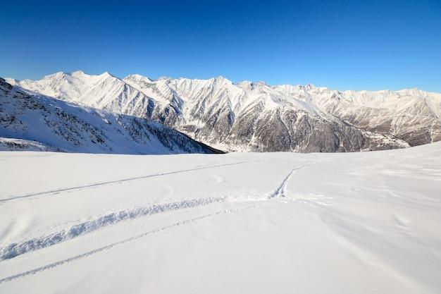 Pistas de esqui no inverno de neve em pó nos alpes