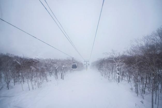 Pistas de esqui no inverno e neve em sapporo, hokkaido, japão