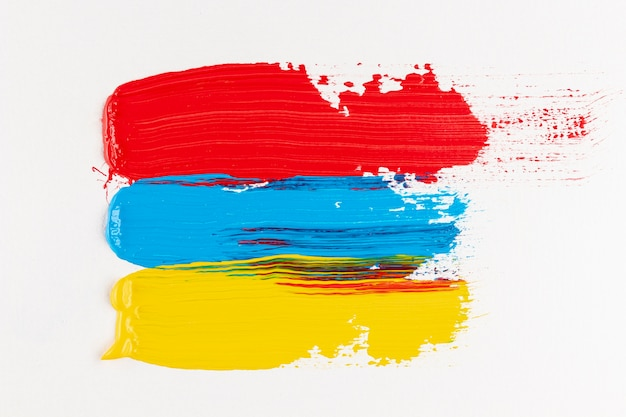 Pistas de tinta vermelha, amarela e azul