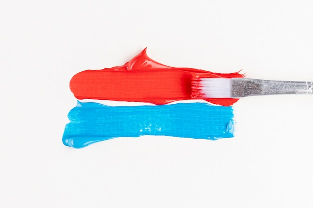 Pistas de tinta vermelha e azul