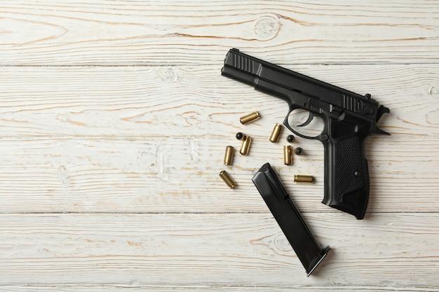 Pistola, balas e revista em madeira