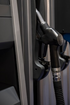 Pistola de combustível no posto de gasolina