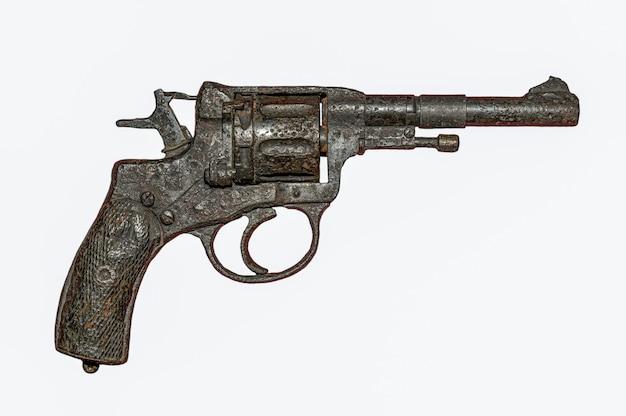 Pistola enferrujada velha, arma da segunda guerra mundial, isolada.